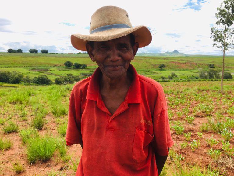Un des agriculteurs qui plantera vos arbres !