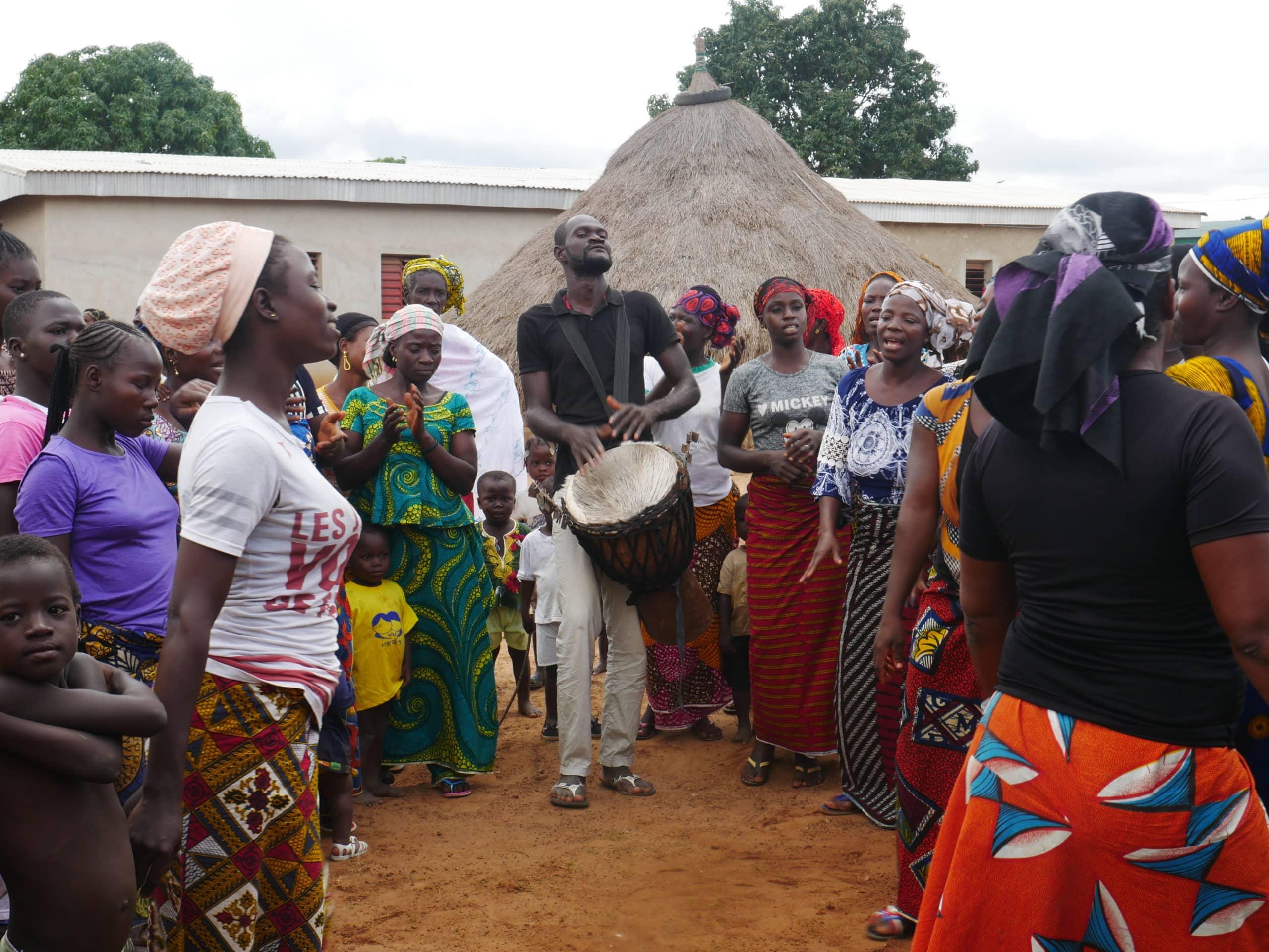 Chaque village nous accueillait avec des danses et des chants joyeux.