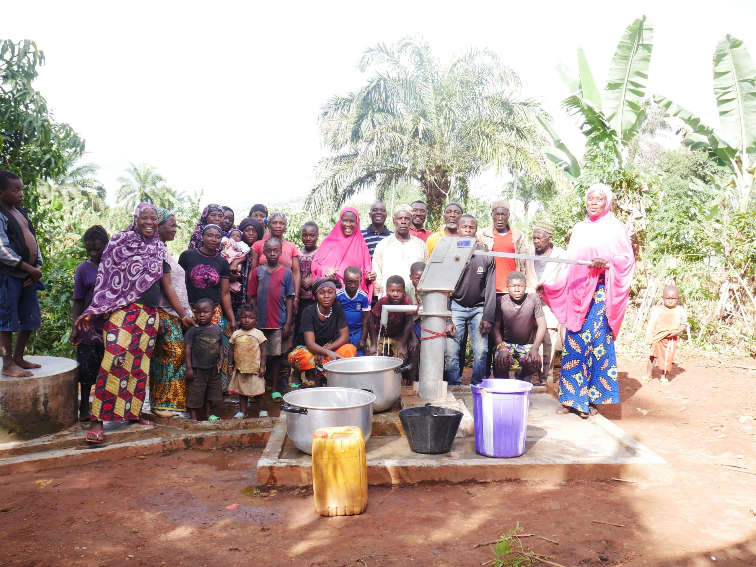 Les habitants sont heureux d'avoir reçu un puits.