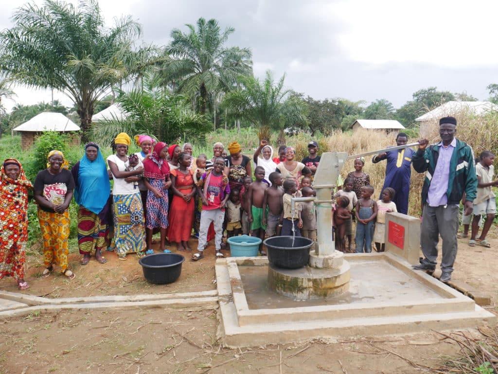 populations en Afrique autour d'un puits d'eau potable - association life ong
